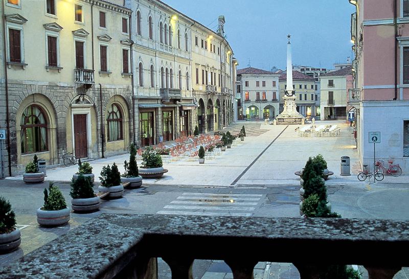 Lonigo (Vi), Piazza Garibaldi.