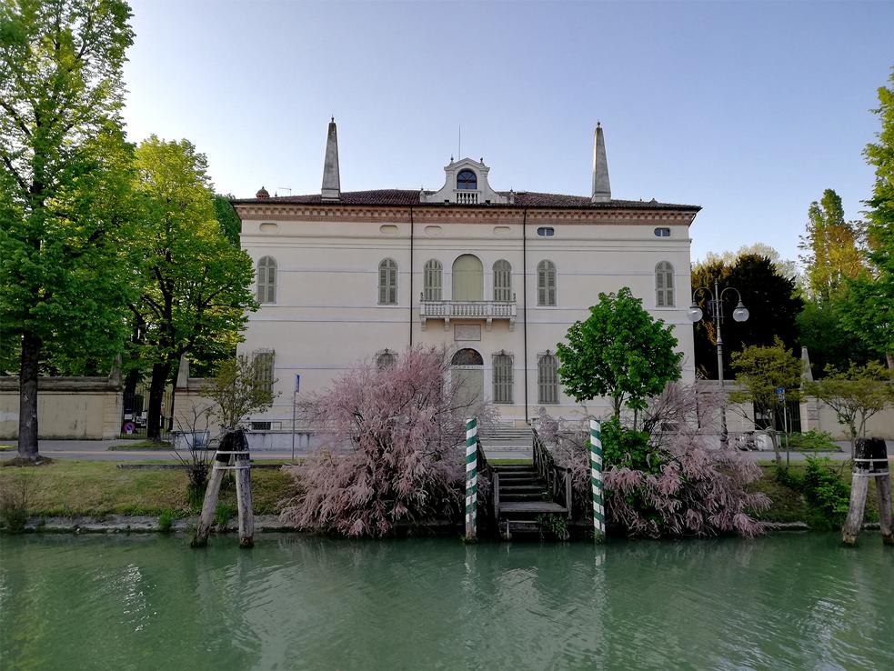 Mira (Ve), Villa Contarini Pisani detta dei Leoni.
