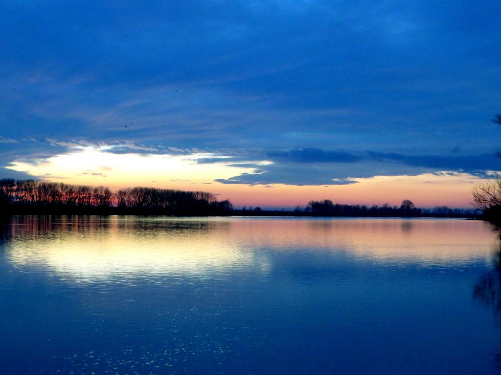Parco regionale Veneto del Delta del Po (Ro), Ora blu sul fiume Po.